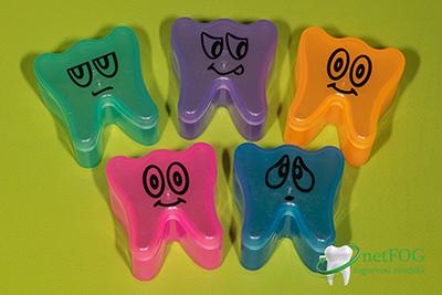 Színes fogtartó dobozok kihúzott fogaknak
